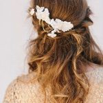 Tento romantický vzhľad môžete spraviť ešte krajším ak pridáte zopár bielych kvietkov a perlovú retiazku.