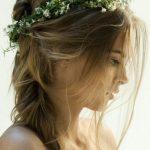 Uvoľnený vrkoč, veniec z kvetov, objem pri korienkoch: tento účes má všetky prvky éterického, bohémskeho štýlu.