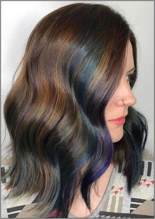 Vlny so zmesou farieb robia tento účes veľkolepím